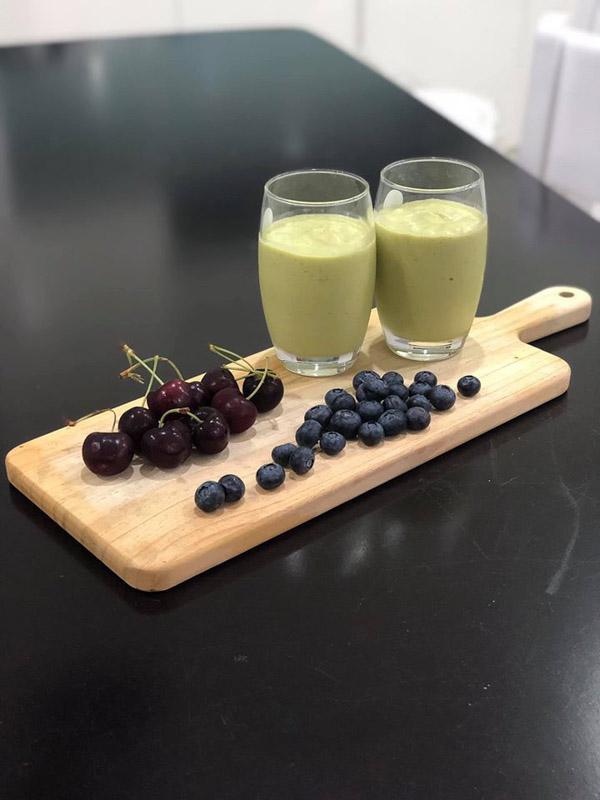 Bữa xế sinh tố bơ, cherry, blueberry.