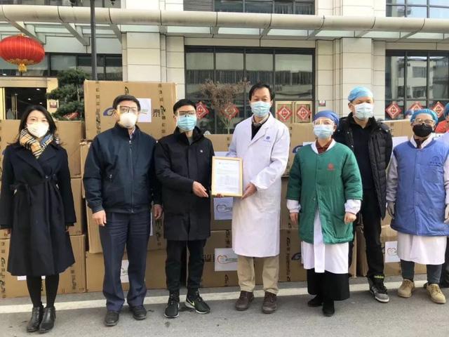 Nhân viên tập đoàn của tỷ phú Diêm Chính trao tặng trang thiết bị cho các bệnh viện phòng chống dịch Covid-19. Ảnh: Finance.sina.com.cn