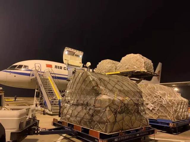 Chuyến chuyên cơ chở theo vật tư y tế mua từ Indonesia hạ cánh xuống sân bay Thiên Hà, Vũ Hán, tối 26/1. Ảnh: Finance.sina.com.cn