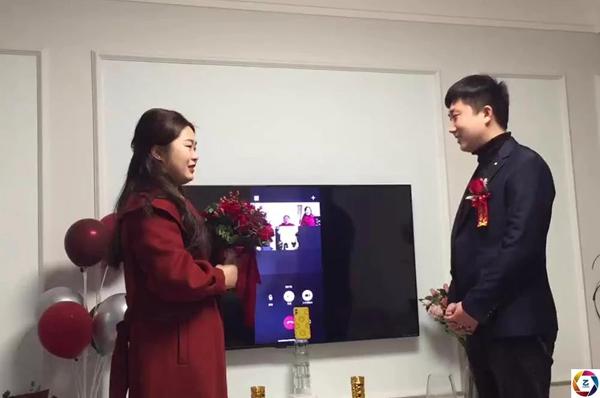 Cô dâu chú rể bái đường thành thân trước màn hình tivi, hôn lễ kéo dài vỏn vẹn trong 3 phút 1