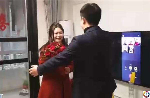 Cô dâu chú rể bái đường thành thân trước màn hình tivi, hôn lễ kéo dài vỏn vẹn trong 3 phút 2