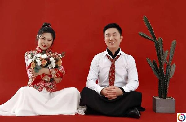 Cô dâu chú rể bái đường thành thân trước màn hình tivi, hôn lễ kéo dài vỏn vẹn trong 3 phút 4