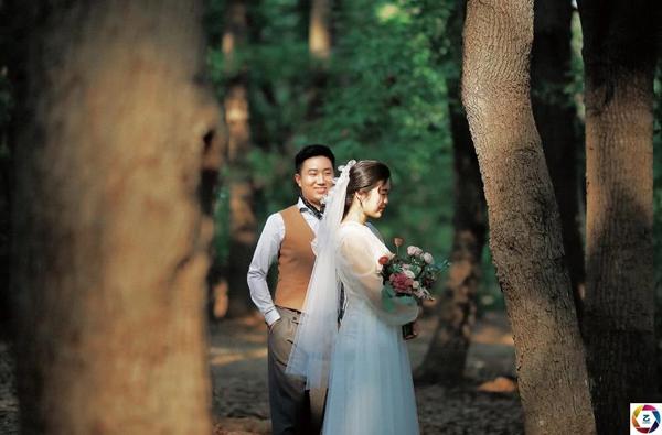 Cô dâu chú rể bái đường thành thân trước màn hình tivi, hôn lễ kéo dài vỏn vẹn trong 3 phút 5