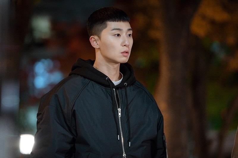 Mái đầu húi cua độc đáo của Park Seo Joon khiến cánh mày râulũ lượt đi cắt thử.