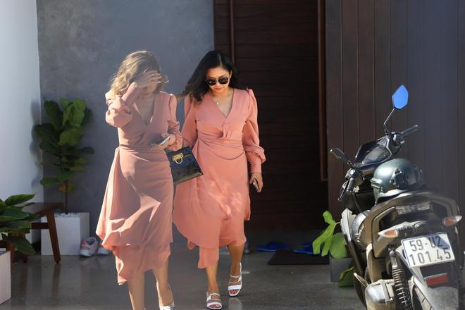 Những người bạn của cặp đôi rời căn biệt thự để ra nhà thờ.