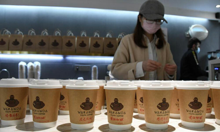 Những cốc cà phê sẽ được ghi tên người đặt cùng thông điệp động viên.