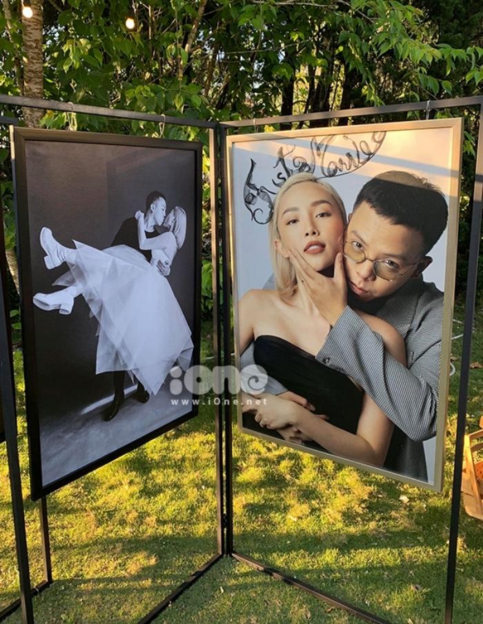 Ảnh cưới được dựng tại sân vườn, nơi diễn ra bữa tiệc (Ảnh: ione.net)
