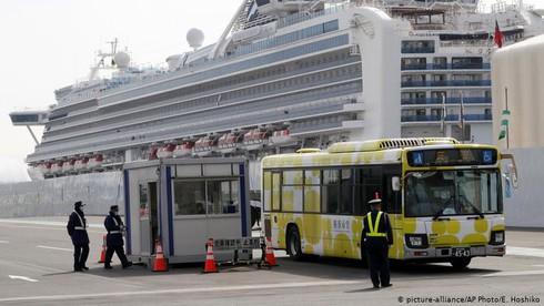 Hơn 620 hành khách trên du thuyền hạng sang Diamond Princess nhiễm Covid-19. (Ảnh: AP)