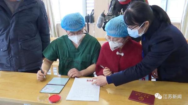 Trước 1 ngày đến viện trợ Vũ Hán, chàng y tá quỳ gối cầu hôn bạn gái tại bệnh viện, hôn lễ gấp rút tiến hành ngay lập tức 2