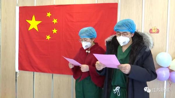 Trước 1 ngày đến viện trợ Vũ Hán, chàng y tá quỳ gối cầu hôn bạn gái tại bệnh viện, hôn lễ gấp rút tiến hành ngay lập tức 3