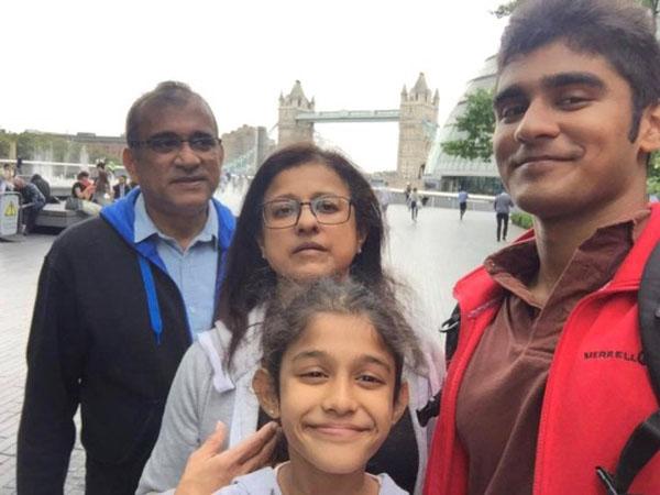 Gia đìnhAkarsha Weerasooriya bay từColombo, Sri Lanka tới Anh để dự lễ tốt nghiệp của em.