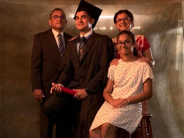 Không thểtham dự lễ tốt nghiệp, gia đìnhAkarsha đành chụp một bức ảnh riêng làm kỷ niệm.