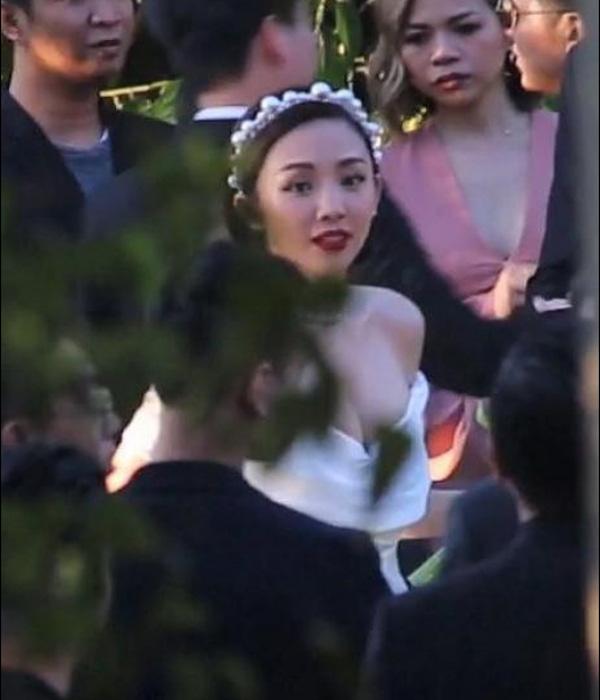 Hóa ra váy cưới siêu đơn giản của Tóc Tiên có giá không hề rẻ, lại còn đụng hàng cả Miley Cyrus 1
