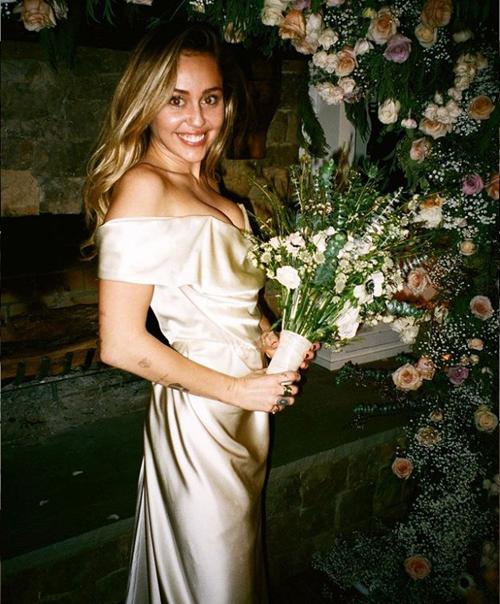Hóa ra váy cưới siêu đơn giản của Tóc Tiên có giá không hề rẻ, lại còn đụng hàng cả Miley Cyrus 2