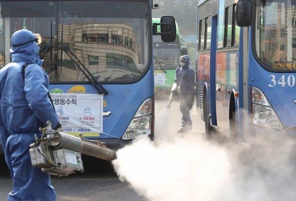 Việc phun khử trùng đang được tiến hành trên diện rộng tại các điểm buýt ở Seoul. Ảnh: Yonhap