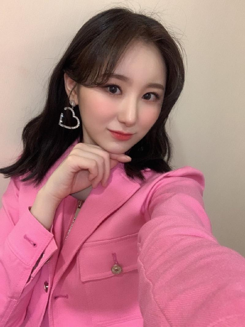 Chaeyeon nhìn rất khác so với lúc trước trong tấm ảnh selfie mới đây.