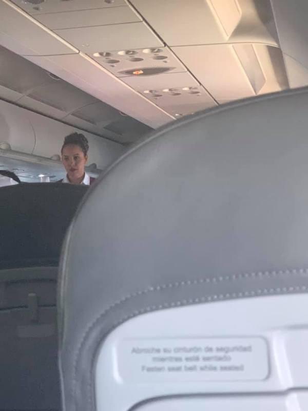 Nhân viên trên chuyến bay phớt lờ sự có mặt của Trang.