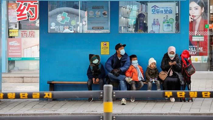 Khách du lịch đeo khẩu trang như một biện pháp phòng ngừa virus corona ở Seoul. (Nguồn: Reuters)
