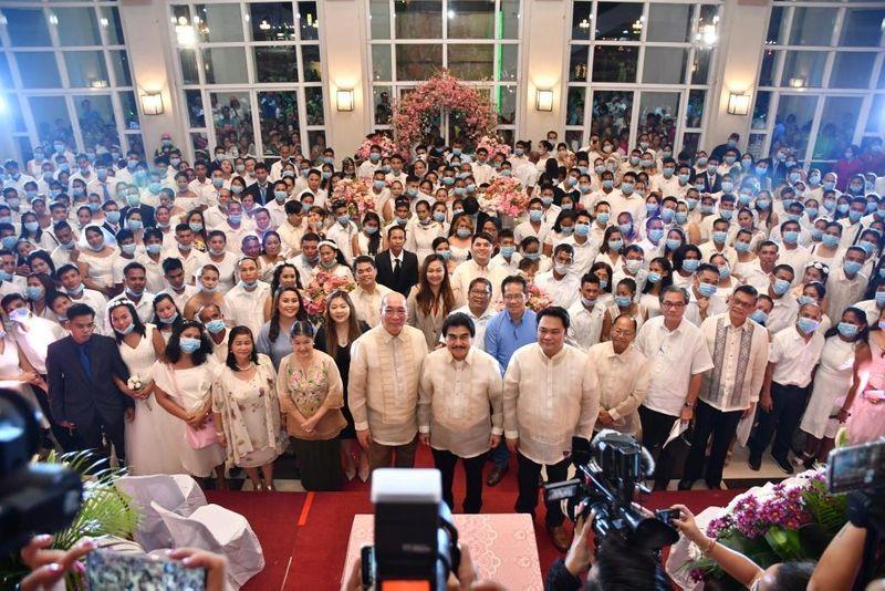 Sảnh làm lễ chật cứng người với hơn 400 người tham dự mặc dù tình hình dịch virus Corona đang rất căng thẳng. (Ảnh: Reuters)