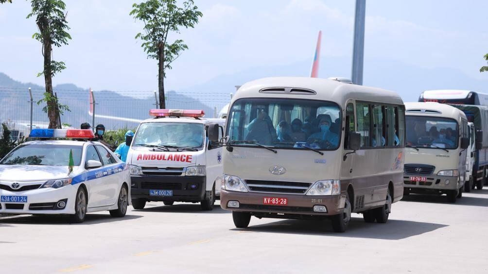 Đoàn khách được đón về khách sạn để cách ly sau khi họ từ chối về BV Phổi
