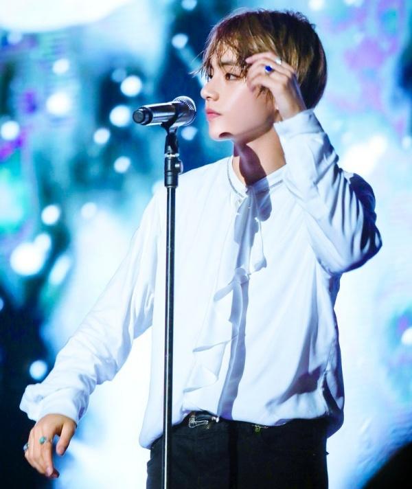 Vì sao 'gương mặt đẹp trai nhất thế giới' V (BTS) được gọi là 'tường thành' giới idol? 1