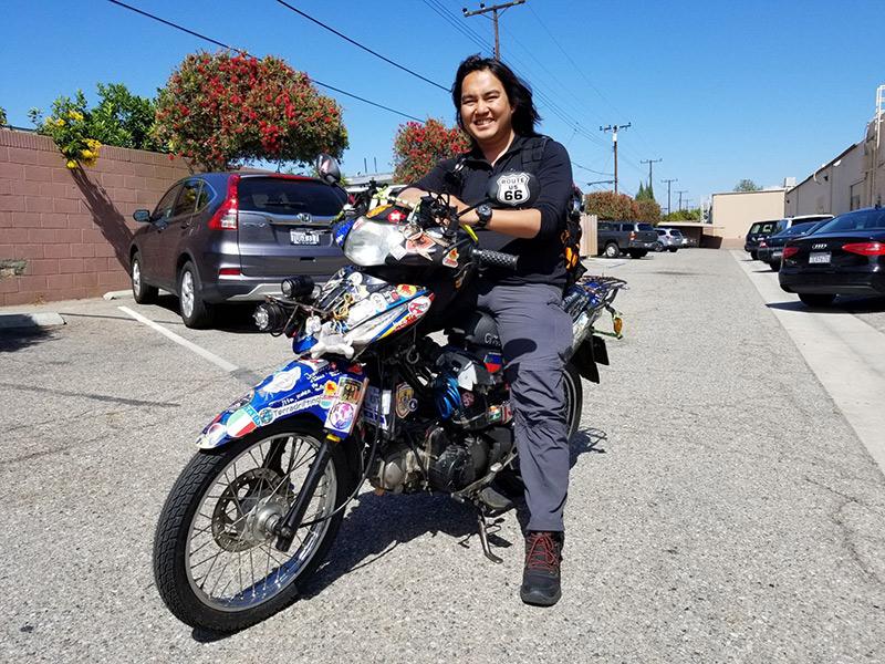Đăng Khoa và 'người bạn đồng hành' là chiếc Honda Wave 2008 suốt hành trình vòng quanh thế giới. Ảnh: Ngọc Lan.