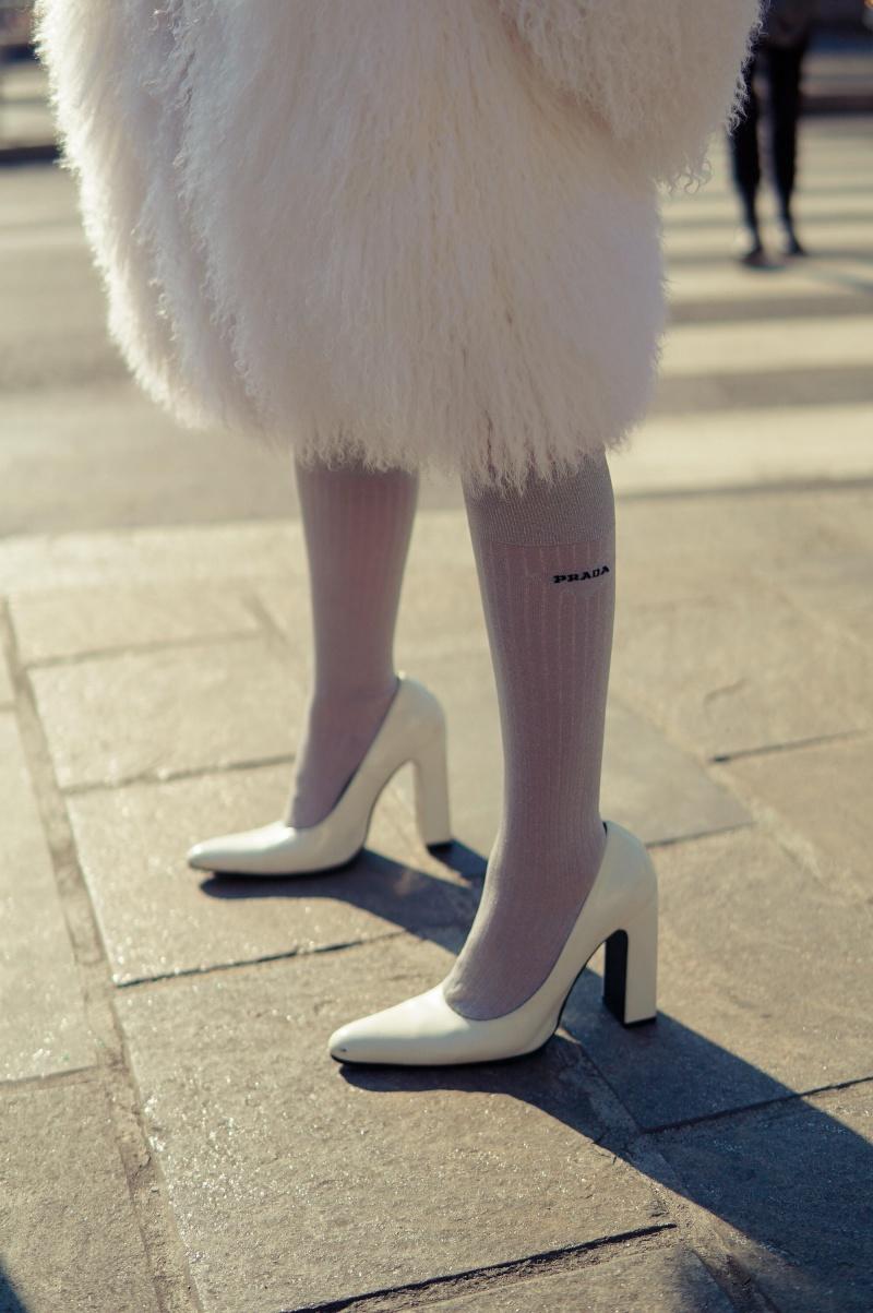 Kết hợp nhịp nhàng với chiếc áo lông bay bổng như mây, cô nàng khéo léo chọn lựa một chiếc belt bag cùng tông, tạo đường nét cho cơ thể và cũng là điểm nhấn của cả trang phục.