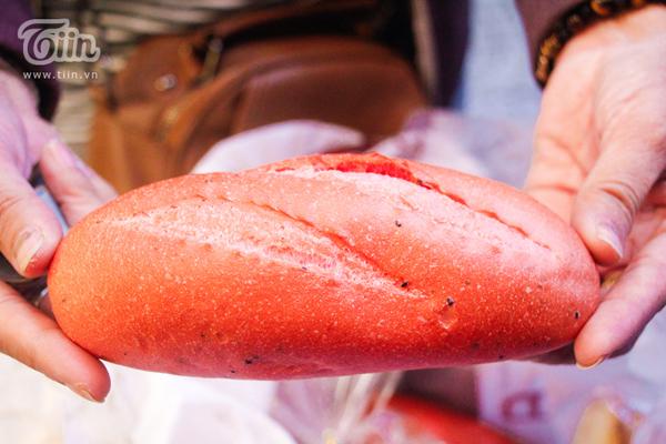 Bánh mì thanh long xuất hiện trong đợt 'giải cứu' nông sản gần đây được người dân thích thú thưởng thức.