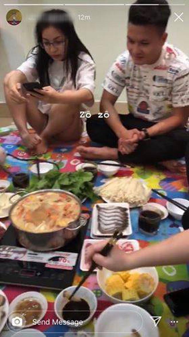 Hình ảnh Quang Hải cùng Nhật Lê ngồi cạnh nhau trong bữa lẩu được một người bạn ghi lại