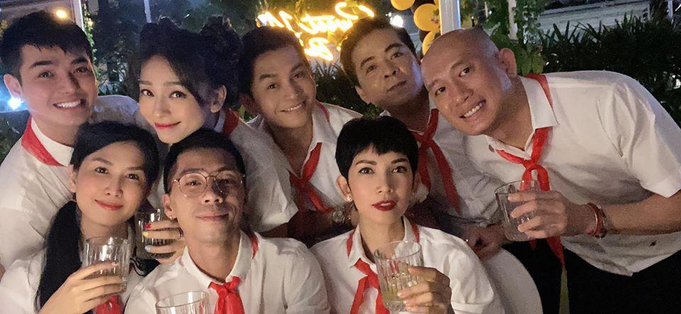 41 tuổi vẫn chưa chịu 'già', Ngô Thanh Vân tổ chức sinh nhật 'xì tai' sơ mi trắng - khăn đỏ mới chịu 2