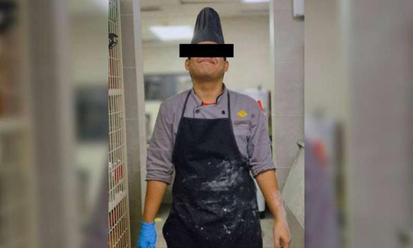Hình ảnh về người đầu bếp có hành động nhổ nước bọt vào thức ăn của khách Trung Quốc.