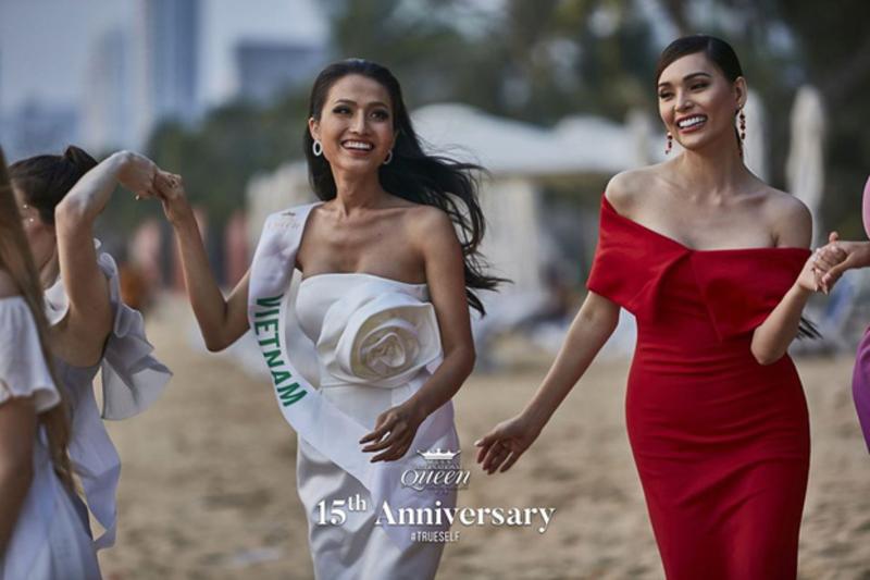 Sau phần thi, các người đẹp đã có một buổi dạ tiệc trên biển vô cùng vui vẻ.