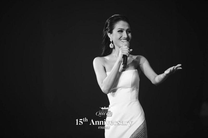 Người đẹp cũng chọn thê hiện khả năng ca hát trong phần thi này giống người đi trước là Hương Giang.