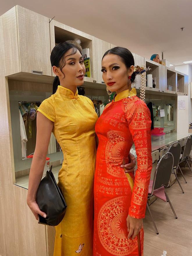 Nhà thiết kế Văn Thành Công cho biết anh mong muốn mang hình ảnh người phụ nữ mạnh mẽ, kiên cường từ xa xưa trong lịch sử dân tộc Việt Nam như Bà Trưng, Bà Triệu ra thế giới.