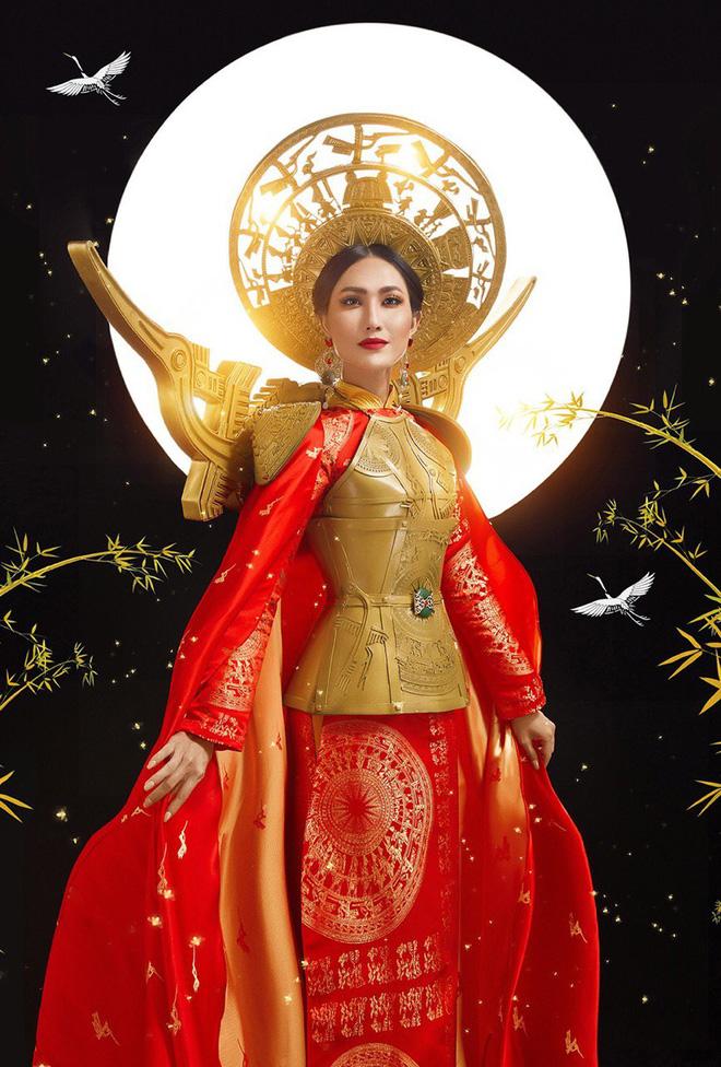 Thiết kế với áochoàng to rộng cùng phần corset bằng đồng được chạm trổ tinh xảo mô phỏng bộ áo giáp ra trận của hai vị nữ tướng lừng lẫy của dân tộc Việt Nam: Trưng Trắc - Trưng Nhị