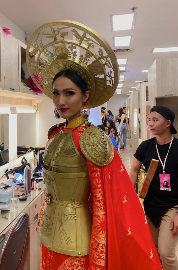 Bộ trang phục dân tộc Hoài Sa lựa chọn là một thiết kế áo dài đậm chất truyền thống Việt Nam. Trên nền vải đỏ là họa tiết chim hạc và trống đồng được dệt bằng chỉ vàng, điều này khiến cho tổng thể bộ trang phục trở nên nổi bật.