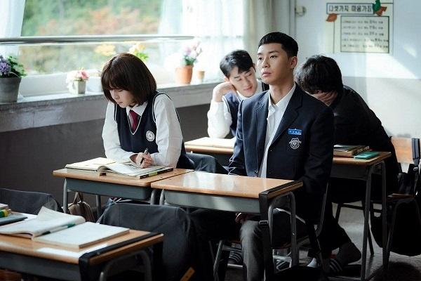 Thích Oh Soo Ah từ thời trung học, năm lần bảy lượt thể hiện tình cảm nhưng Park Sae Ro Yi vẫn chưa nhận được một câu trả lời rõ ràng.