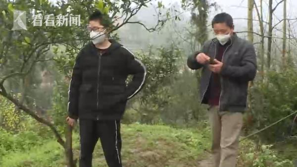 Hai bố con Kha đang ở sườn núi bắt sóng điện thoại.