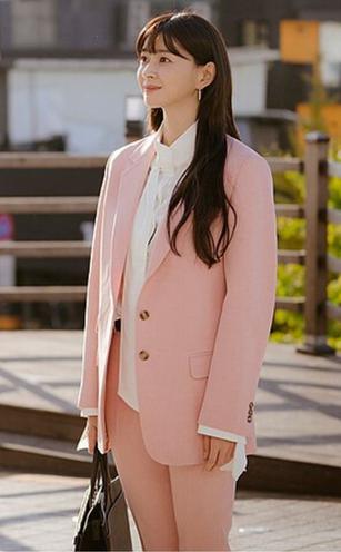 Bộ suit hồng pastel ngọt ngào được kết hợp với áo blouse trắng cao cổ đã khoe được nét trang nhã và thanh lịch của Nara.