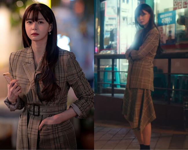 Nữ diễn viên Kwon Nara còn rất tinh tế khi biến tấu bộ blazer qua những chi tiết như đường nhấn eo hay chân váy bất đối xứng. Bộ suit váy họa tiết kẻ ô đã trở nên thật trẻ trung và phong cách.