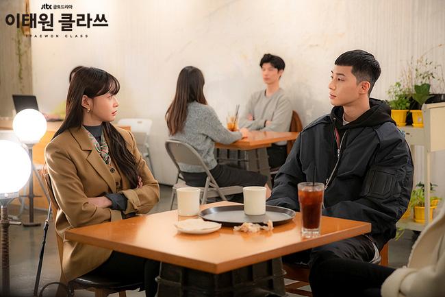 Đi cùng với áo blazer, Kwon Nara còn nhấn nhá một chiếc khăn quàng nhỏ xinh xinh, giúp cô nổi bật và xinh đẹp.