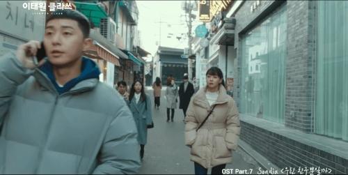 Ai bảo mặc áo phao đi làm văn phòng thì không lịch sự và thời thượng?Kwon Nara vẫn rất thu hút với chiếc áo phao có thắt lưngmàu trung tínhmix với áo cổ lọ màu trắng.