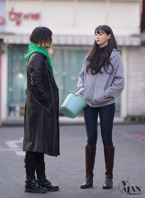 Không chỉ là Soo Ah của văn phòng, Nara còn lựa chọn set đồ tối giản với áo khoác nỉ xám, quần skinny jeans và đi đôi boots cao cổ khi xuống phố ngày thường chonhân vật của mình.