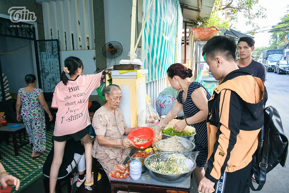 Quán chỉ bắt đầu mở vào khoảng giữa giờ chiều nhưng chỉ vài phút là khách vào ào ào, cả gia đình được huy động để hỗ trợ 'bà già' bán hàng. Chỉ trong vòng vàitiếng là các món ở đây được khách 'quét' sạch.