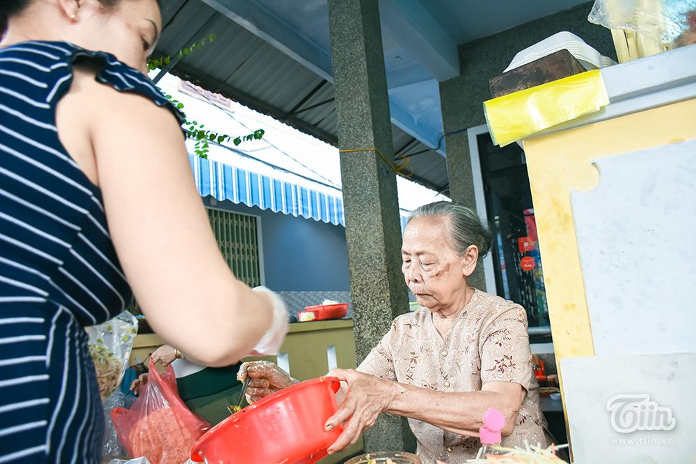 Quán mít trộn 'bà già' nổi tiếng ở Đà Nẵng: Khách ào ào giữa mùa dịch, shipper ngồi sẵn chờ khách book 12
