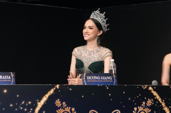 Đọ sắc cùng dàn người đẹp Miss International Queen, Hương Giang bị makeup 'dìm', lộ rõ mặt hốc hác 0