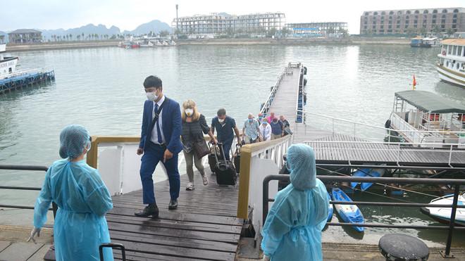 Quảng Ninh cách ly 4 người đi cùng chuyến bay với bệnh nhân Covid-19 Hà Nội