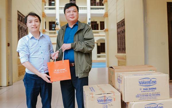 Chia sẻ nỗi lo chống dịch với các nhân viên y tế, Sao Thái Dương tặng 3.000 chai nước súc miệng chứa nano bạc sát khuẩn cho Sở Y tế Hà Nam và BV Nhiệt đới Trung ương.