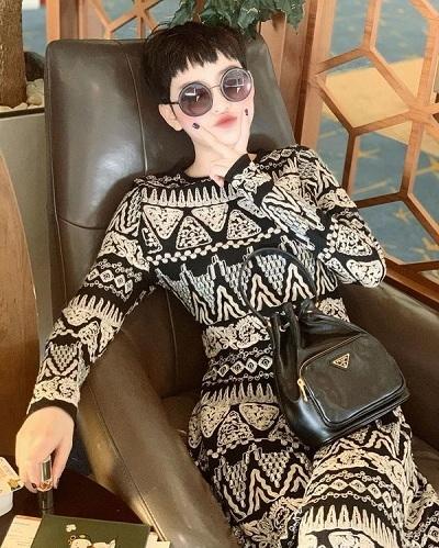 """Hiền Hồ thêm vào bộ sưu tập hàng hiệu của mình chiếc túi xách đen, một sản phẩm sáng tạo của thương hiệu Prada. Với tông đen - nâu thời thượngcùng dây đeo đơn giản, mẫu túi này đã trở thành trendy và là một trong những chiếc túi không bao giờ lỗi mốt với các """"con nghiện"""" hàng hiệu."""