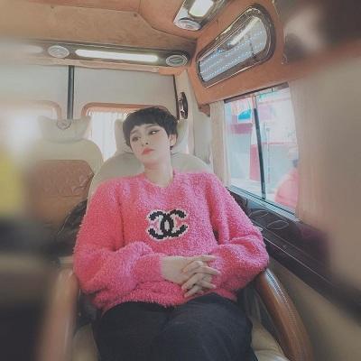 Chiếc áo len xù Chanel màu hồng được cả làng mốt quốc tế yêu thích cũng được bổ sung trong bộ sưu tập đồ sang chảnh của Hiền Hồ.